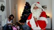 Pére Noël avec famille dans une maison
