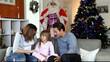 Famille le matin de Noël attendant le père noël