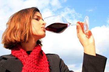 Junge Frau verkostet einen Rotwein, Rotwein, Weinglas