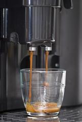 Haciendo un café.