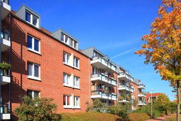 Wohnhaus Mehrfamilienhaus Balkone, Fassade,blauer Himmel