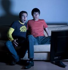 jeunes homme déception émission télévision