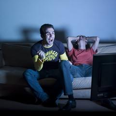 jeune homme adversaires soirée télé