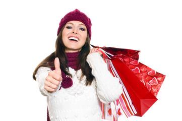 Hübsche Frau mit Einkaufstüten macht Daumen hoch