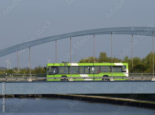 Leinwanddruck Bild Bus auf Brücke