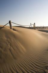 Valla sobre las dunas del desierto