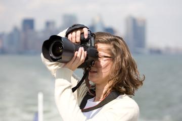 junge Frau beim Fotografieren vor der Skyline von New York