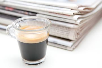 Stapel Zeitungen mit Espresso