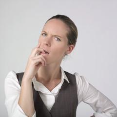 femme d'affaires doute question suspicision