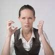 jeuen femme d'affaires agressivité détermination