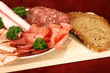 Wurstplatte mit frischem Brot