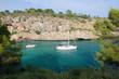 Segelboot liegt vor Anker in idyllischer Bucht auf Mallorca
