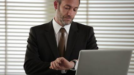 Geschäftsmann wartet - HD 1080