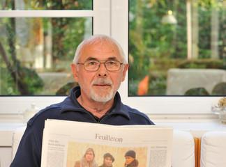 Senior liest Zeitung I