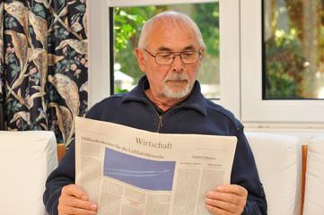 Senior liest Wirtschaftszeitung