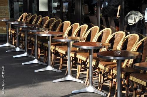 Papiers peints Table preparee Terrasse de café parisien