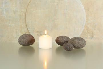 Runde Steine mit Kerze