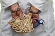 Arzt mit japanischen YEN Geldscheinen und Handschellen