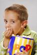 Niño con palomitas de maiz.