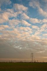 Landschaft mit Himmel und Strommasten, Stromleitungen