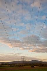 Landschaft mit Himmel und Strummasten, Stromleitungen