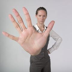jeune femme d'affaires main signal stop