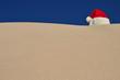 weihnachtsmann-mütze am strand