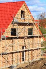 Neubau Einfamilienhaus Dachstuhl Rohbau blauer Himmel