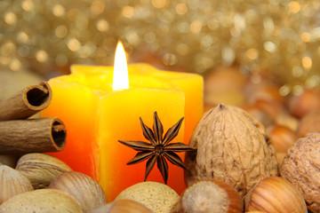 Sternanis vor brennender Kerze