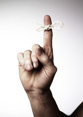 main nœud sur un doigt rappel souvenir