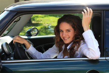 jeune femme au volant de sa voiture