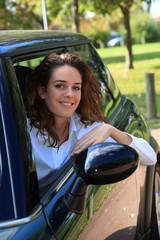 jeune femme a la portiere de sa voiture