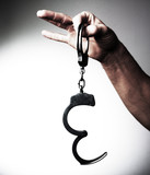 main doigts tenant menottes libération poster