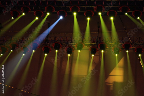 Papiers peints Lumiere, Ombre spotlighting shining over stage
