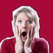 jeune femme surprise étonnement sur fond rouge