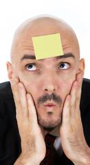Mann mit Zettel am Kopf