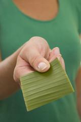 Mujer con Tarjeta Verde