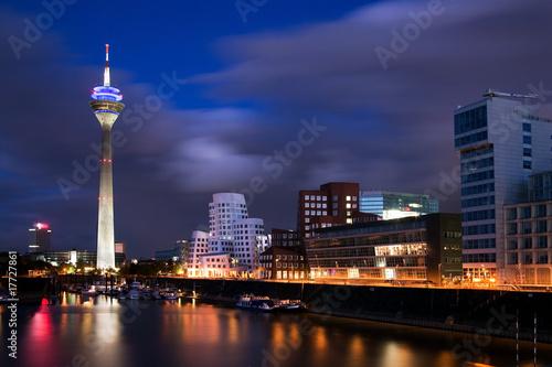 Leinwanddruck Bild Blaue Stunde in Düsseldorf