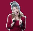 femme heureuse bonnet péruvien motifs norvégien