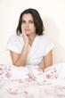 Junge hübsche Frau mit Zahnschmerzen im Bett