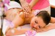 Junge Frau bekommt eine Öl-Massage
