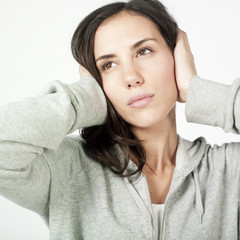 jeune femme mutisme silence pensive