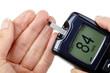 Frau führt eine Blutzuckermessung durch (Normalwert)