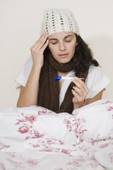 Junge Frau krank im Bett