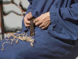Artesano ciñiéndose el cinturon de cuero