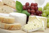 Fototapety Käseplatte mit Trauben und Brot