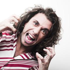 jeune homme rage agressivité fou furieux