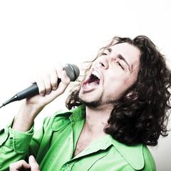 jeune chanteur chemise verte