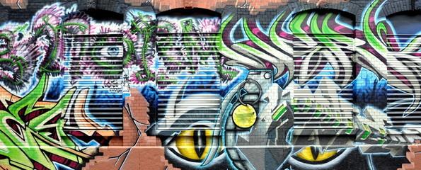 façade en briques ,fenêtres et graffiti
