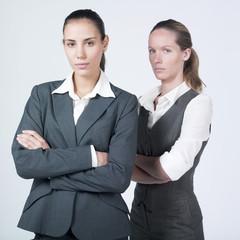 deux femmes sérieuses attente réponse
